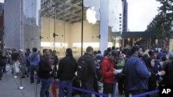 等待购买iPhone 4S的人排成长队