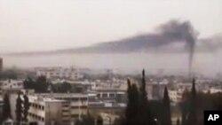 Hayaki ke tashi a birnin Homs, kasar Syria.
