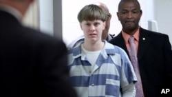 Dylann Roof memasuki ruang sidang di Charleston County Judicial Center untuk menyampaikan pembelaan diri atas dakwaan pembunuhan di Charleston, 10 April 2017. (Foto: AP)