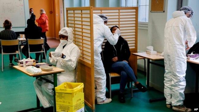 """Një nxënës i shkollës së mesme """"Emile Dubois"""" duke u testuar për anti-trupat ndaj koronavirusit, Paris, Francë, 23 nëntor 2020"""