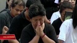 Dân xếp hàng xem lễ rước linh cữu Vua Thái Lan tới Hoàng cung