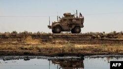 Arhiva - Američko oklopno vozilo prolazi pored naftnog polja u reonu grada Al Katanija, u sirijskoj sjeveroitočnoj pokrajini Hasakeh, nedaleko od turske granice, 4. avgusta 2020.