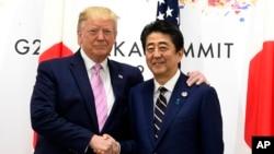 Tổng thống Mỹ Donald Trump gặp Thủ tướng Nhật Bản Shinzo Abe trong một cuộc họp bên lề hội nghị G20 ở Osaka, Nhật Bản, ngày 28 tháng 6, 2019.