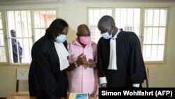 Paul Rusesabagina et son équipe de défense à la Cour de justice de Nyarugenge à Kigali, Rwanda, le 2 octobre 2020.