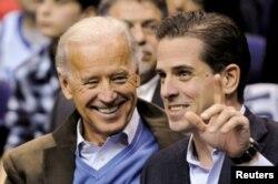Cựu Phó Tổng thống Mỹ Joe Biden và con trai Hunter Biden, 30/1/2010, REUTERS/Jonathan Ernst -/File Photo