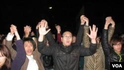 冲击行政院最后一批抗议者高调撤离(美国之音申华拍摄)
