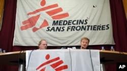 5일 국경없는 의사회 크리스토퍼 스톡스 사무총장(오른쪽)이 아프가니스탄 카불의 국경없는 의사회 사무실에서 기자회견에서 열고 자체 조사 보고서를 발표하고 있다.