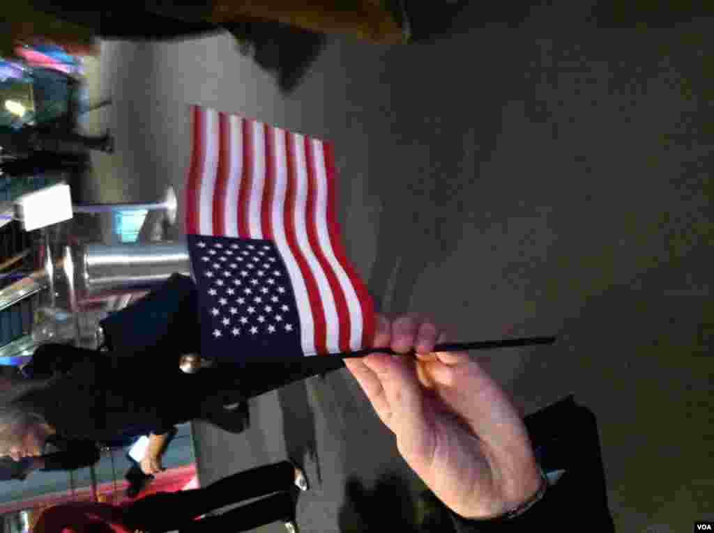 Antes de saber los resultados de las elecciones los republicanos repartieron estas banderas estadounidenses a los asistentes a la celebración en Boston. [Foto: Alberto Pimienta]