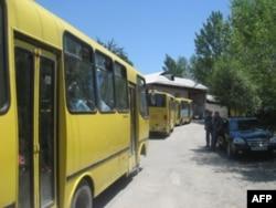 Qochqinlarni chegara postlariga eltib qo'yayotgan avtobuslar