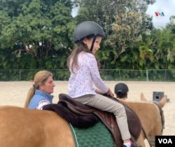La entrenadora y maestra venezola, Carol Goiri, explicó a la VOA la mejoría experimentada por la niña Danna Isabella desde que comenzó la equinoterapia.