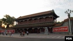 """中國最高領導層總部中南海新華門邊至今鑲著""""戰無不勝的毛澤東思想萬歲""""的標語。(美國之音王南拍攝)"""