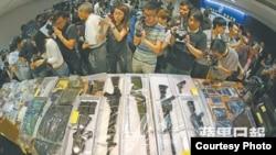 香港警方展示撿獲氣槍、可製造炸彈工具及其他證物(蘋果日報圖片)