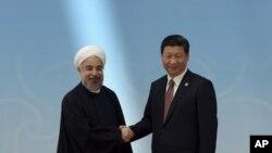 지난달 23일 테헤란에서 열린 이란-중국 정상회담에서 하산 로우하니 이란 대통령(왼쪽)과 시진핑 중국 국가주석이 악수하고 있다. (자료사진)