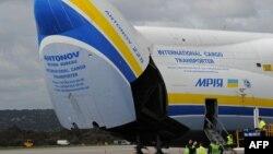 Pesawat Antonov An-225 Mriya setelah mendarat di bandara Perth, Australia (15/6).