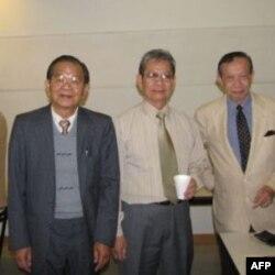Nhà thơ Vũ Lang (trái)