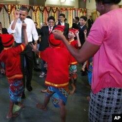 奧巴馬夫婦和孟買學生跳舞慶祝光明節