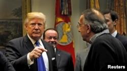 美国总统川普主持美国汽车业执行执行官会议时和菲亚特克莱斯勒首席执行官马尔乔内交谈。(2017年1月24日)
