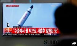 Người dân Hàn Quốc xem truyền hình về vụ phóngtên lửa của Bắc Triều Tiên tại nhà ga xe lửa Seoul, ngày 23/4/2016.