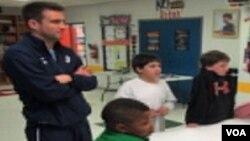 Jedan od ljekara, članova američkog ljekarskog nogometnog tima, sa vašingtonskim mališanima