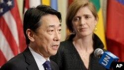 지난 2월 유엔 안보리에서 북한의 장거리미사일 발사 대응 방안을 논의한 후, 오준 유엔주재 한국대사(왼쪽)가 사만사 파워 유엔주재 미국대사와의 공동기자회견에서 발언하고 있다.