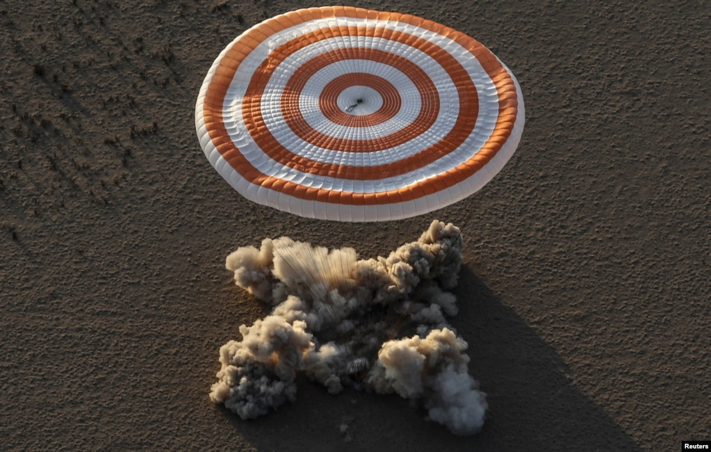 국제우주정거장(ISS)에 체류한 미 우주비행사 잭 피셔, 페기 애넷 윗슨과 러시아의 표도르 유르킨을 태운 '소유즈 MS-04' 캡슐이 카자흐스탄 중부 제즈카즈칸 외곽 벌판에 내리고 있다. 지구 상공 400㎞에서 궤도 순항하고 있는 ISS 체류인원은 총 6명으로, 반년마다 교체된다.