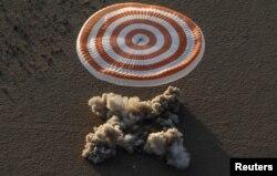 국제우주정거장(ISS)에 체류한 미 우주비행사 페기 애넷 윗슨, 잭 피셔와 러시아의 표도르 유르킨을 태운 '소유즈 MS-04' 캡슐이 지난 2일 카자흐스탄 중부 제즈카즈칸 외곽 벌판에 내리고 있다.