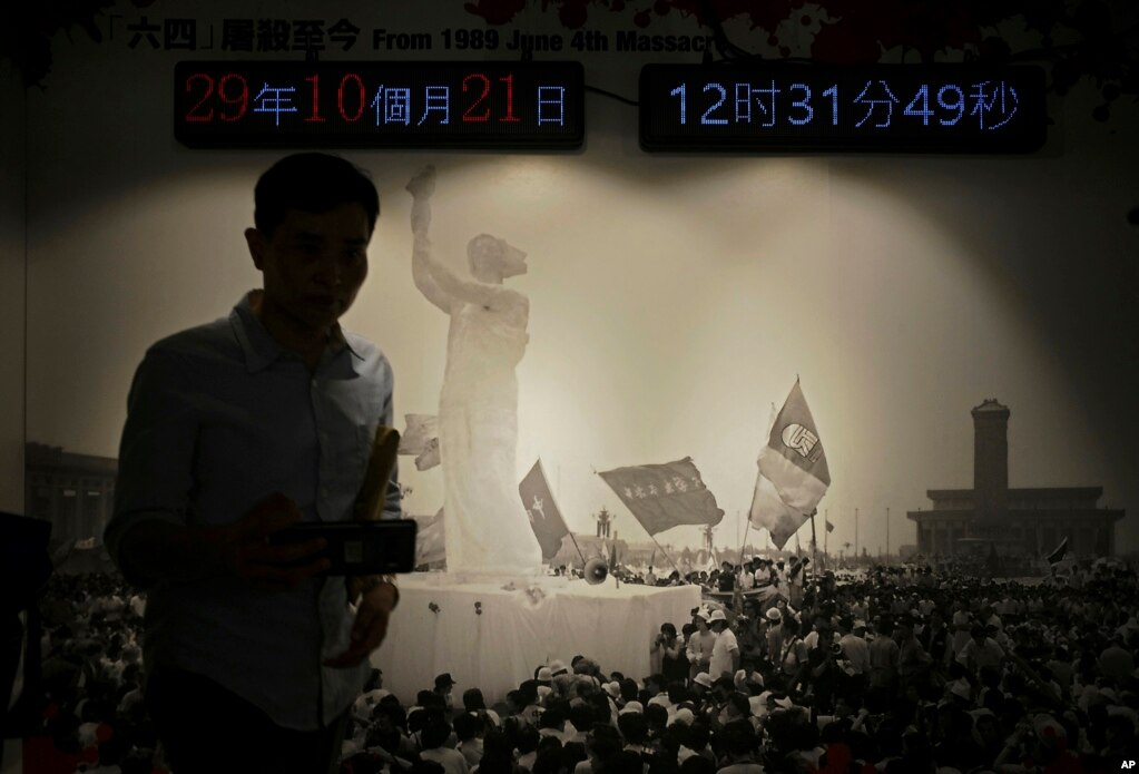 """Фотография статуи """"богини демократии"""" во время продемократического движения 1989 года в Пекине выставлена в музее 4 июня в Гонконге."""