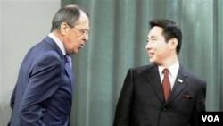 Menlu Rusia Sergei Lavrov dan Menlu Jepang, Seiji Maehara dalam pembicaraan atas 4 pulau yang disengketakan, di Moskow, Sabtu (12/2).