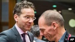 Bộ trưởng Tài chính Hy Lạp Yanis Varoufakis (phải) chào đón Bộ trưởng Tài chính Hà Lan Jeroen Dijsselbloem tại cuộc họp của các bộ trưởng tài chính EU tại Brussels, ngày 17/2/2015.