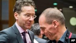 Menkeu Yunani Yanis Varoufakis (kanan) bersalaman dengan Menkeu Belanda Jeroen Dijsselbloem dalam pembicaraan Menkeu Uni Eropa di Brussels, Belgia Selasa (17/2).