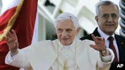 14일 레바논 수도 베이루트에 도착해 공항에서 손을 흔드는 교황 베네딕토 16세.