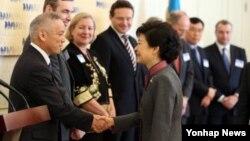 11일 청와대에서 열린 외국인 투자기업 오찬 간담회에서 참석자들과 악수하고 있는 박근혜 대통령.