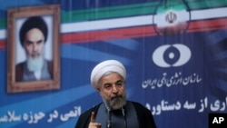İran Cumhurbaşkanı Hasan Ruhani televizyonda yayınlanan konuşmasını yaparken