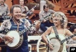 """Roy Clark y Barbara Mandrell actúan durante la grabación de un programa de """"Hee Haw"""" en Nashville en 1978."""
