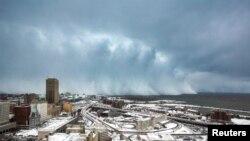 Badai dan salju menghantam wilayah Danau Erie di Buffalo, New York (18/11).