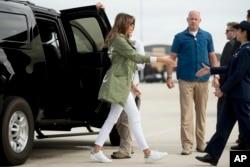 第一夫人在安德鲁斯联合基地登上飞机,她所穿的风衣引起争议