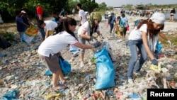 4月22日﹐學生,環保活動家和志願者在一個沿海生態旅遊區,紅樹林和鳥類保護區收集垃圾,作為地球日紀念活動的一部分。