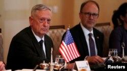 Menteri Pertahanan Amerika Jim Mattis (kiri) melakukan kunjungan ke Irbil, Kurdistan, Irak, Selasa (22/8).