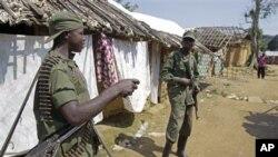 Des soldats congolais dans un village aux alentours de Walikale, RDC, 17 Sept.2010.