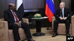 Le président russe Vladimir Poutine, à droite, rencontre son homologue soudanais Omar al-Bashir à Sotchi, Russie, 23 novembre 2017.