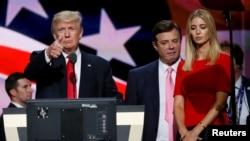 美国共和党总统候选人川普和女儿伊万卡在共和党全国代表大会上(2016年7月21日)