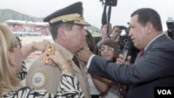 El presidente Chávez lo ascendió en 2010 al mayor grado militar del país, general en jefe.
