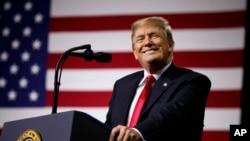 美國總統川普在佛羅里達州坦帕的一個集會上講話。 (2018年7月31日)