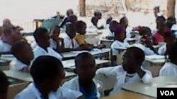 Escola com alunos ao relento em Malanje