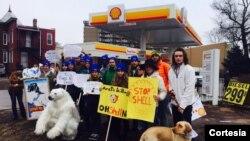 Manifestantes de Green Peace protestan frente a una gasolinera Shell en Washington, por la perforación que planea en el Ártico.