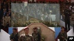 Presiden Abed Rabbu Mansour Hadi duduk di belakang kaca anti peluru (tengah bawah) dalam upacara peringatan HUT ke-22 penyatuan kembali Yaman di Sanaa (22/5).