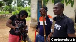 La cinéaste guinéenne Isabelle Kolkol Loua et son équipe de tournage.