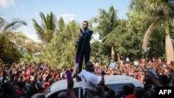 Robert Kyagulanyi, vedette pop ougandaise devenue député, prononce un discours devant son domicile à Kampala, en Ouganda, après son retour des Etats-Unis le 20 septembre 2018.