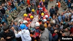 Seorang penambang yang terluka dibawa ke ambulans setelah diselamatkan dari ledakan tambang batu bara di Soma, Manisa, Turki (14/5).
