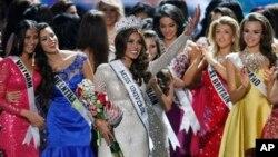 Cô Gabriela Isler (giữa) từ Venezuela đăng quang ngôi vị Hoa hậu Hoàn vũ 2013.